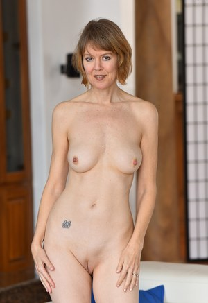 Sexy Shaved MILF